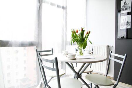 Okna gotowe na wiosnę – wybierz modne firany i dekoracje